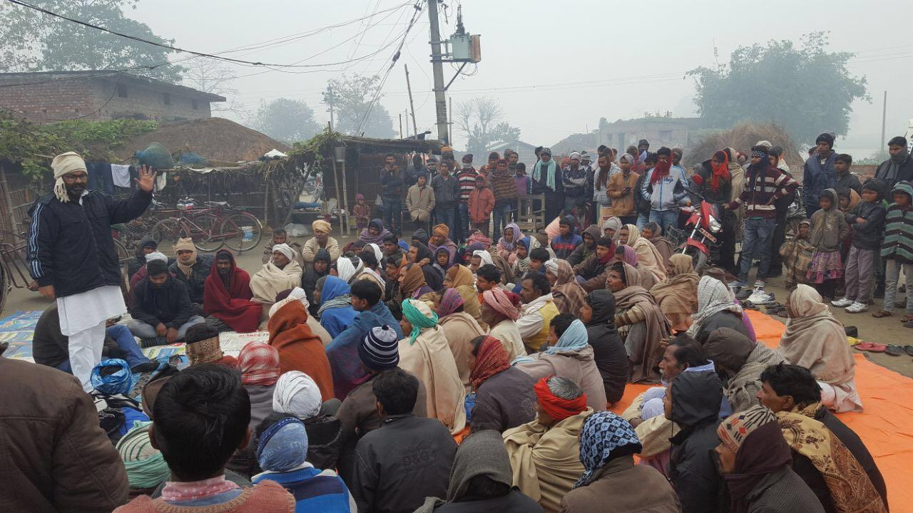 किसानों के साथ बैठक करते कांग्रेस विधायक अजय कुमार लल्लू