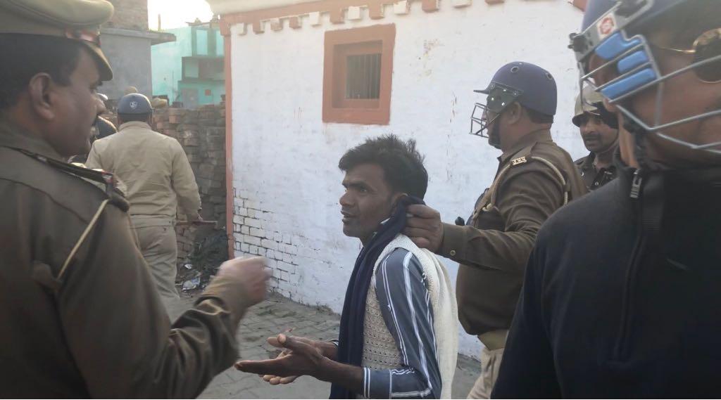 किसान को पकड़ कर ले जाती पुलिस