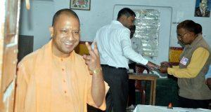 सीएम योगी आदित्यनाथ ने प्राथमिक विद्यालय पुराना गोरखपुर गोरखनाथ में मतदान किया