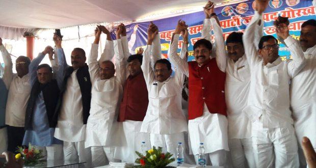 गोरखपुर में सपा प्रत्याशी के समर्थन की घोषणा करते बसपा नेता