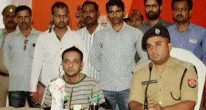 बरामद युवक के साथ गिरफ्तार आरोपी और देवरिया के एसपी
