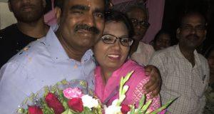 जेल से रिहा होने के बाद अपने घर पहुंचे डॉ सतीश कुमार पत्नी अनीता रैन के साथ