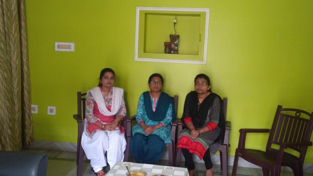 अपनी दोनों बेटियों के साथ डॉ सतीश कुमार की पत्नी अनीता