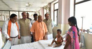 मुख्यमंत्री बीआरडी मेडिकल कालेज के इंसेफेलाइटिस वार्ड में भर्ती बच्चे का हालचाल लेते हुए